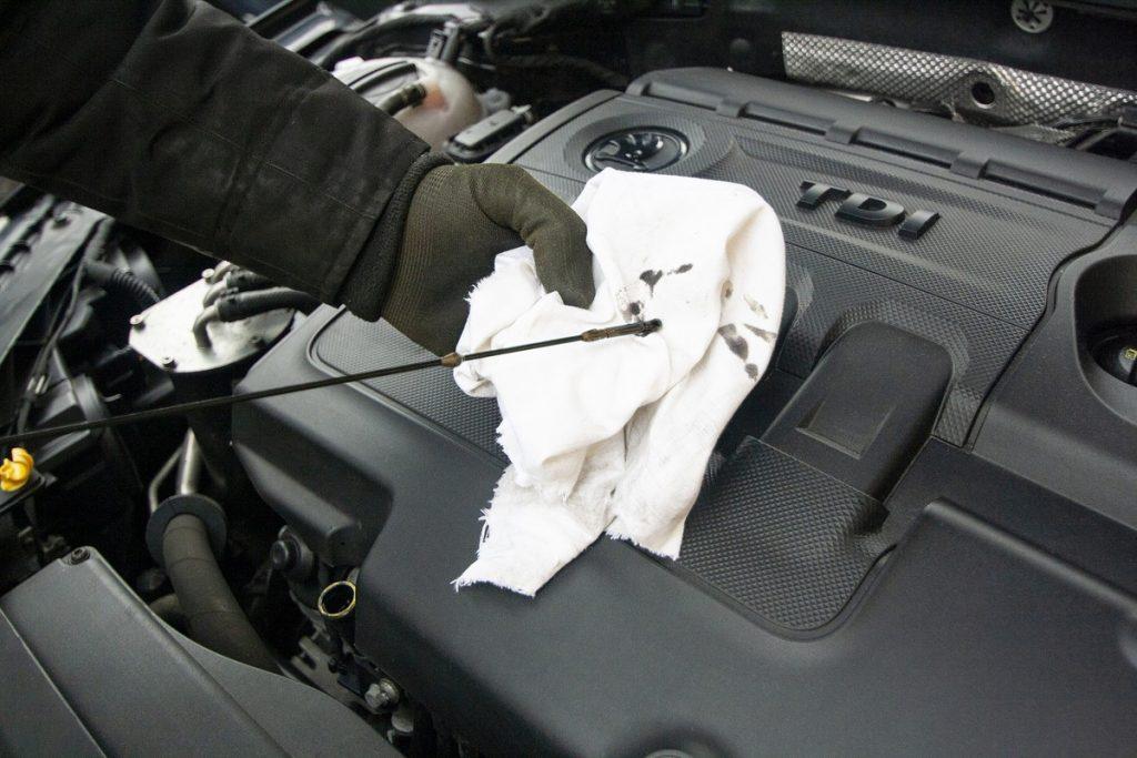 Проверка на маслото в двигателя.